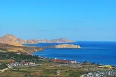 Mooie kustlijn, mening op Karadag, Koktebel, overzees, berg, aard, hemel, landschap, heuvel, blauw, de Krim, water, reis, groen,  Stock Foto