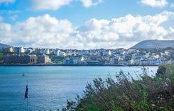 Mooie kustlijn met de kuststad van Schil, het Eiland Man Stock Afbeeldingen