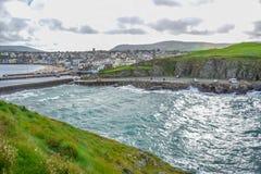 Mooie kustlijn met de kuststad van Schil, het Eiland Man Stock Afbeelding