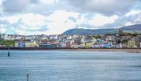 Mooie kustlijn met de kuststad van Schil, het Eiland Man royalty-vrije stock fotografie
