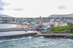 Mooie kustlijn met de kuststad van Schil, het Eiland Man Royalty-vrije Stock Foto's