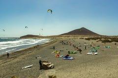 Mooie kustmening van het strand van Gr Medano De glanzende duidelijke blauwe hemel over Horizonlijn, golf golft op het turkooise  stock afbeelding