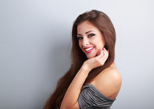 Mooie lachende donkerbruine vrouw met gelukkige glimlach op blauwe backg royalty-vrije stock foto's