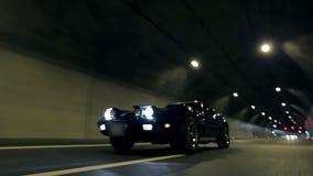 Mooie lage die hoek van Korvet C3 het drijven door tunnel bij nacht wordt geschoten stock footage