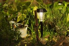 Mooie lamp in de tuin Lamp met zonnebatterij royalty-vrije stock afbeelding