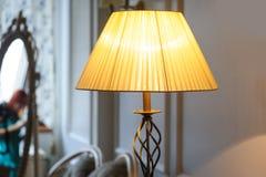 Mooie Lampekap in slaapkamer royalty-vrije stock foto's