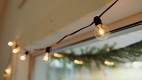 Mooie lampen om een warme atmosfeer te creëren stock videobeelden