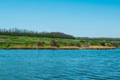 Mooie landschappen van Rusland Het gebied van Rostov Kleurrijke plaatsen Groene vegetatie en rivieren met meren en moerassen Boss royalty-vrije stock afbeelding