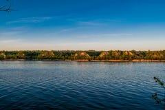 Mooie landschappen van Rusland Het gebied van Rostov Kleurrijke plaatsen Groene vegetatie en rivieren met meren en moerassen Boss royalty-vrije stock foto