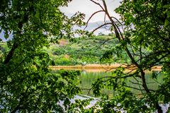 Mooie landschappen van Rusland Het gebied van Rostov Kleurrijke plaatsen Groene vegetatie en rivieren met meren en moerassen Boss royalty-vrije stock foto's
