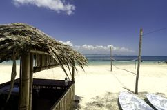 Mooie landschaps tropische overzeese mening bij Kapas-Eiland, Maleisië Bamboehut en kajaks Stock Afbeeldingen
