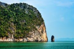 De mening van het landschap van eilanden in de baai van Phang Nga, Thailand Royalty-vrije Stock Afbeeldingen