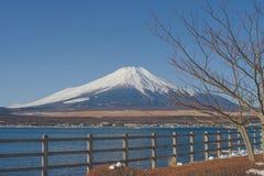 Mooie landschapsmening van Fuji-berg of MT Fuji met witte sneeuw in de winter seizoengebonden bij Yamanakako-Meer wordt behandeld stock fotografie