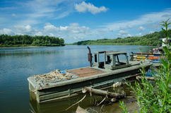 Mooie landschapsrivier, oude boot Stock Foto