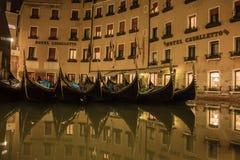 Mooie landschapsstraten van Venetië bij nacht royalty-vrije stock afbeeldingen