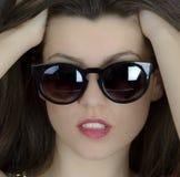 Mooie lange haar donkerbruine vrouw die zonnebrilportret dragen, Stock Afbeelding