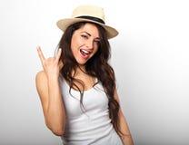 Mooie lange haar lachende vrouw die vingers de koele rots tonen Stock Afbeelding