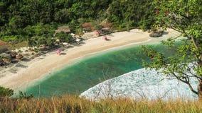Mooie lange witte oceaangolven die aan het zandige Atuh-strand rollen Duidelijk zuiver transparant water in de lagune, Nusa stock footage