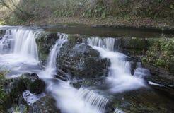Mooie langzame blindsnelheid op watervallen in Zuid-Wales Royalty-vrije Stock Foto's