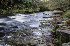 Mooie langzame blindsnelheid op watervallen in Zuid-Wales Stock Foto