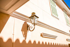 Mooie lantaarn op een huis Stock Afbeeldingen