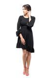 Mooie Latijnse gelooide vrouw in zwarte kleding en het aanpassen haar die omhoog eruit zien raken royalty-vrije stock foto's