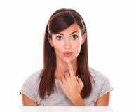 Mooie Latijnse vrouw die een vraag stellen Stock Foto