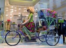Mooie ledenpop van een blonde haarvrouw die de riksja berijden met drie wielen royalty-vrije stock afbeeldingen