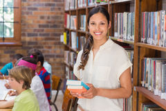 Mooie leraar die leerling in klaslokaal helpen Royalty-vrije Stock Foto