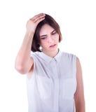 Mooie, leuke en jonge bedrijfsdiedame met een hoofdpijn, op een witte achtergrond wordt geïsoleerd Vermoeid en jong meisje met ho stock foto