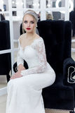 Mooie leuke tedere jonge meisjesbruid in huwelijkskleding in spiegels met avondhaar en zachte lichte samenstelling Royalty-vrije Stock Foto's