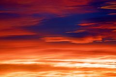 Mooie levendige rode oranje hemel tijdens schitterende zonsopgang Royalty-vrije Stock Afbeelding