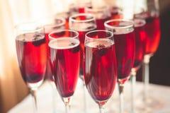 Mooie lijn van verschillende gekleurde alcoholcocktails met rook op een een een een Kerstmispartij, tequila, martini, wodka, en a Royalty-vrije Stock Foto