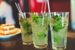 Mooie lijn van verschillende gekleurde alcoholcocktails met rook op een een een een Kerstmispartij, tequila, martini, wodka, en a Royalty-vrije Stock Afbeeldingen