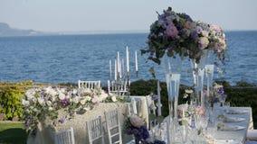 Mooie lijst met aardewerk en bloemen voor een partij plaatsen, huwelijksontvangst of andere feestelijke gebeurtenis die Op de kus stock footage