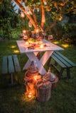 Mooie lijst in tuin klaar aan avondmaal bij schemer royalty-vrije stock foto