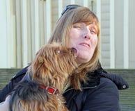Mooie likken van een hond Royalty-vrije Stock Foto's