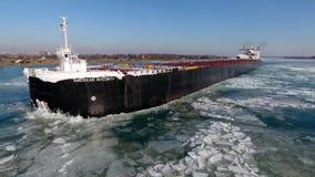 Mooie lucht4k hommelmening over de reusachtige tanker die van het het vrachtschipschip van de containervracht in de rivierzeegezi stock videobeelden