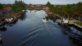 Mooie lucht4k mening over kleine toeristenboot die langzaam in het kalme diepe blauwe water van de kanaalrivier in tropisch zeege stock footage