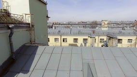 Mooie luchthommelmening van gebouwen, dakbovenkanten, wegen, straten in grote stad stock video