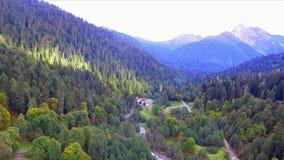 Mooie luchtmening over de bergvallei van de Kaukasus stock footage