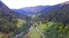 Mooie luchtmening over de bergvallei van de Kaukasus stock video