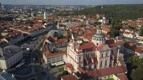 Mooie luchtmening van de oude stad van Vilnius, de hoofdstad van Litouwen stock video