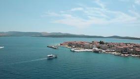Mooie luchtmening van een klein Kroatisch eiland De motorboot sleept naar stad mee stock video