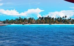 Mooie luchtmening van van het het strandeiland van de Maldiven de toevluchthotel stock foto