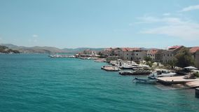 Mooie luchtmening van Kroatisch eiland Boten op het strand worden geparkeerd dat stock video