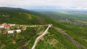 Mooie luchtmening van Sighnaghi-stad en Alazani-vallei in Georgië, landschap stock video