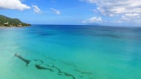 Mooie luchtmening van strand, Indische Oceaan en Bergen 6, Seychellen stock footage