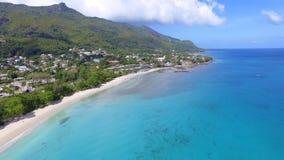 Mooie luchtmening van strand, Indische Oceaan en bergen 3, Seychellen stock videobeelden