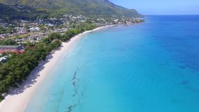 Mooie Luchtmening van Strand, Indische Oceaan en Bergen 2, Seychellen stock footage